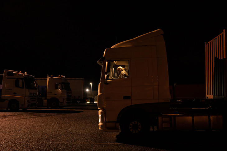 A truck driver who drives his truck in the L & # 39; Escale parking lot / Robin Jafflin in front of the cross