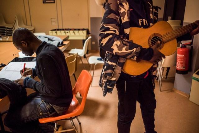 Des mineurs isolés dans la salle d'activité du centre Bernanos (Strasbourg)./Pascal Bastien pour la Croix