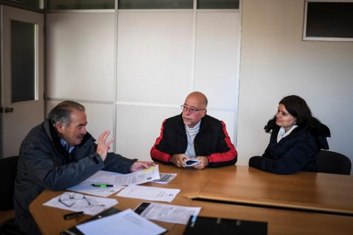 Au siège de la SEMA, l'association des entreprises d'Estarreja, Crispim Rodrigues (g) accueille des nouveaux arrivants, le 4 février 2019/AFP