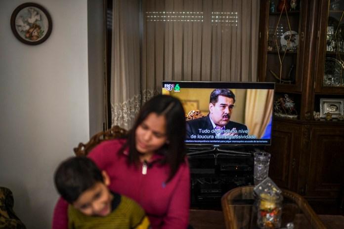 Dihara Ramirez, Vénézuélienne de 27 ans, a elle aussi dû se résoudre à émigrer avec son fils de cinq ans pour rejoindre Estarreja, terre de sa belle-famille/AFP