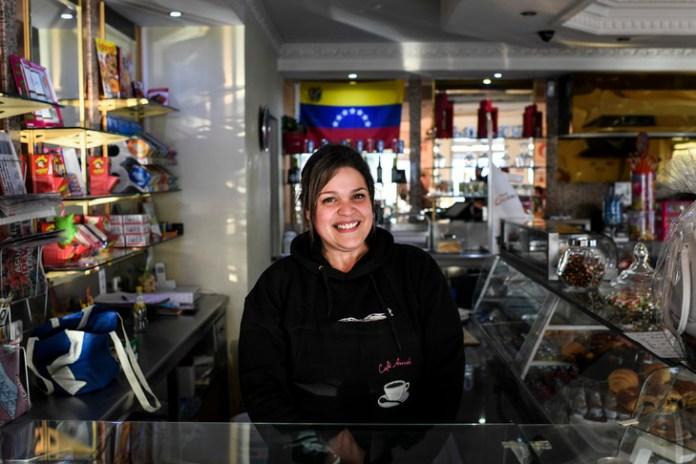 Elizabeth Tavares, immigrée vénézuélienne, pose dans son café 'Avenida', à Estarreja dans le nord-ouest du Portugal, le 4 février 2019/AFP