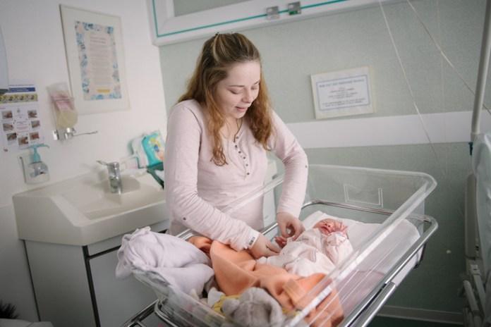 Amélie, 19, mother of little Sabryna since February 10, at Bernay./Lorraine Turci for La Croix