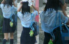 ゲリラ豪雨でビショ濡れのJKがブラジャー透けててエロ過ぎるwww