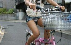 ミニスカで自転車に乗る女のパンチラ見えすぎだろwww