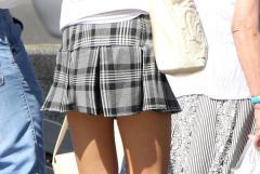 【街撮り】少しでも風が吹くとパンツ見えそうなマイクロミニスカートの女の子