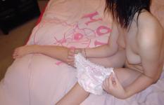 脱ぎたてパンツと一緒に写っている女の子のエロ画像