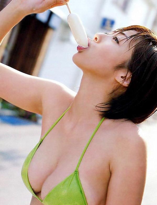 アイスを頬張る女の子の画像3
