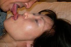 幸せそうにキスしているカップルのエロ画像