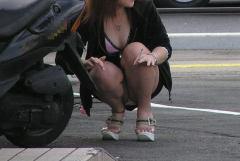 スカートの短さを忘れてパンツが見えている街撮りギャル画像