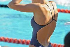スタイル抜群な競泳水着姿の女性アスリート画像
