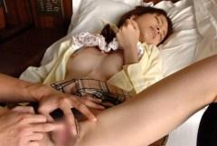 クリトリスを撫でたり膣に指を突っ込んでる手マン画像