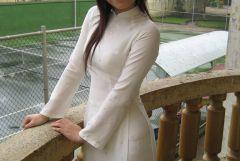 半透明なベトナムの民族衣装「アオザイ」を着ている女性画像