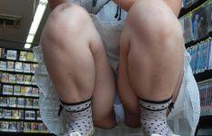 ミニスカの女の子がしゃがんで見えているパンチラ画像