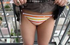 スカートをたくしあげてパンチラしている制服JKのエロ画像