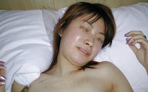挿入直前まで笑顔で照れてる素朴な女のコのハメ撮り画像