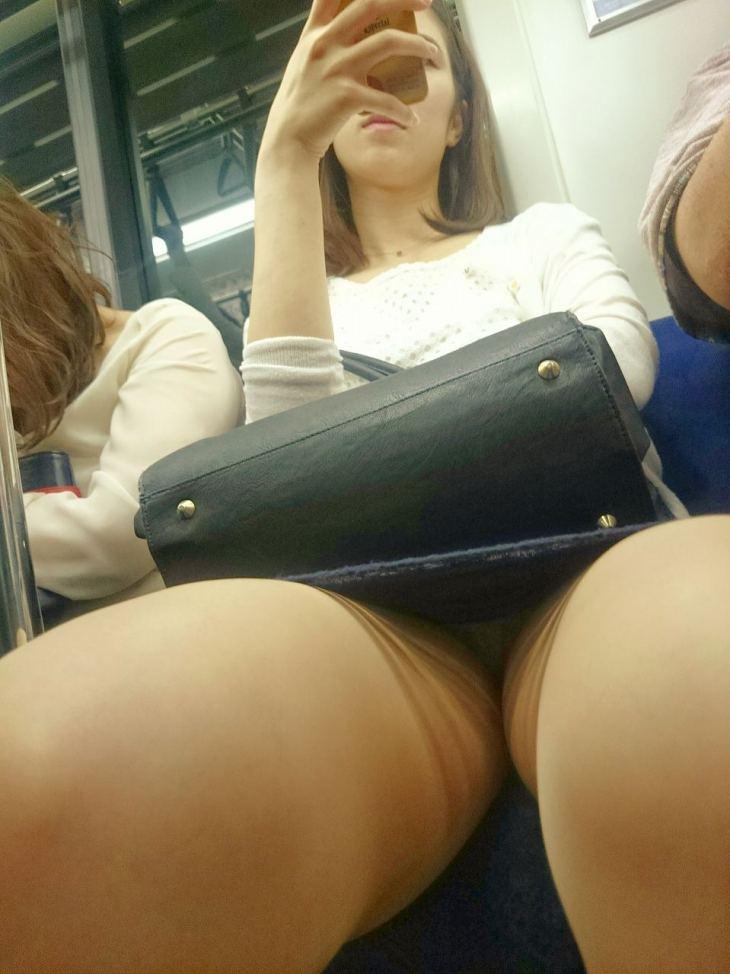 電車で対面に座ってる女さんの無防備な股間を隠し撮したっぽい猥褻画像1