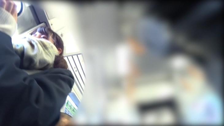 【顔出し】スマホに夢中な無防備JK 電車内で逆さ撮りパンチラ撮られるw6