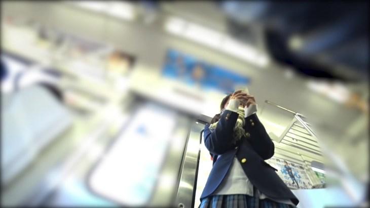 【顔出し】スマホに夢中な無防備JK 電車内で逆さ撮りパンチラ撮られるw9