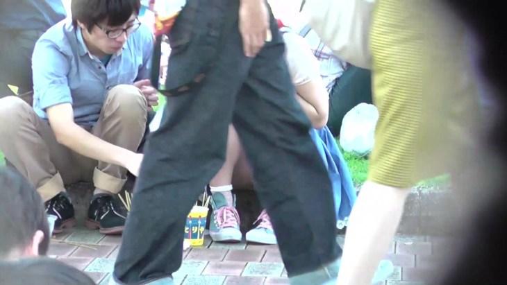 公園デートのカップル→彼女のモリまんパンティが丸見え!13