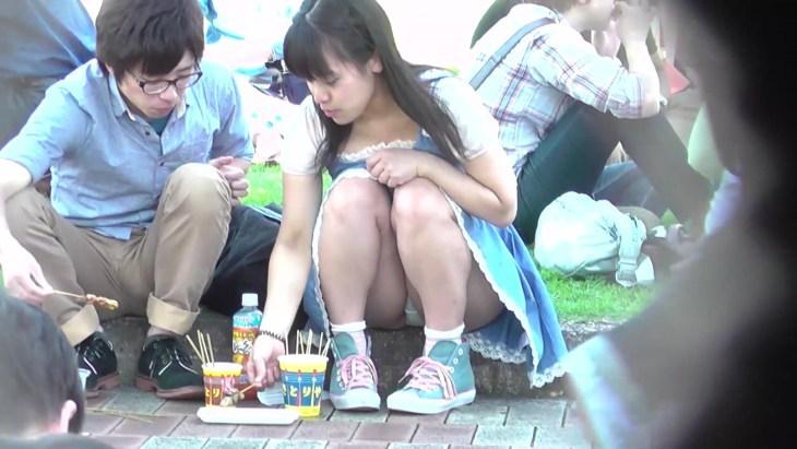 公園デートのカップル→彼女のモリまんパンティが丸見え!14
