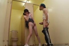 合意の上かレイプされているか判断つかない公衆トイレでのエロ画像
