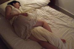 泥酔して服のまま爆睡している彼女を丁寧に手マンしてハメ撮りする彼氏w