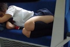 飲みすぎ?お疲れ?電車内で爆睡してお股が危険な素人さんたちのエロ画像