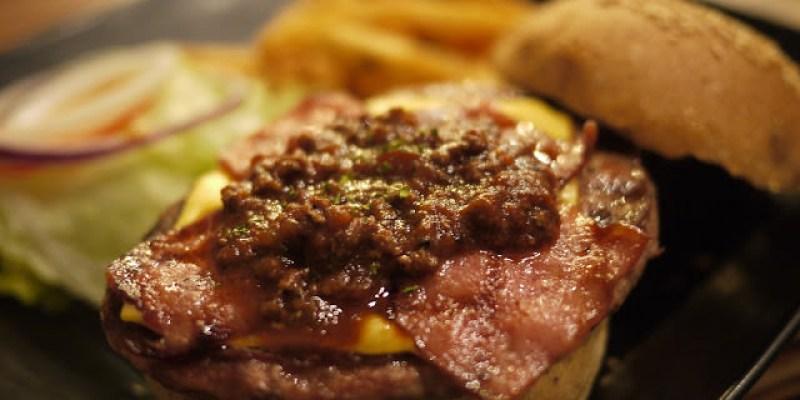 【台中美食體驗】艾可先生漢堡餐廳。嗆辣肉醬燒烤堡