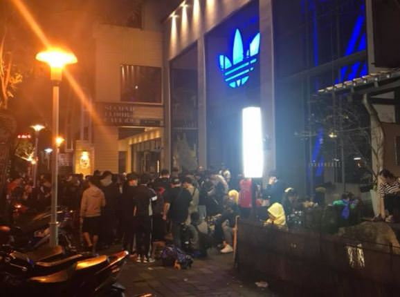 即時報導│愛迪達Hu Holi 聯名系列3/16在台上市,台中民眾冒雨連夜排隊