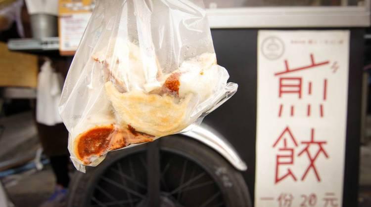 高雄美食 三民區/五六煎餃製造所-一份20元不油膩煎餃