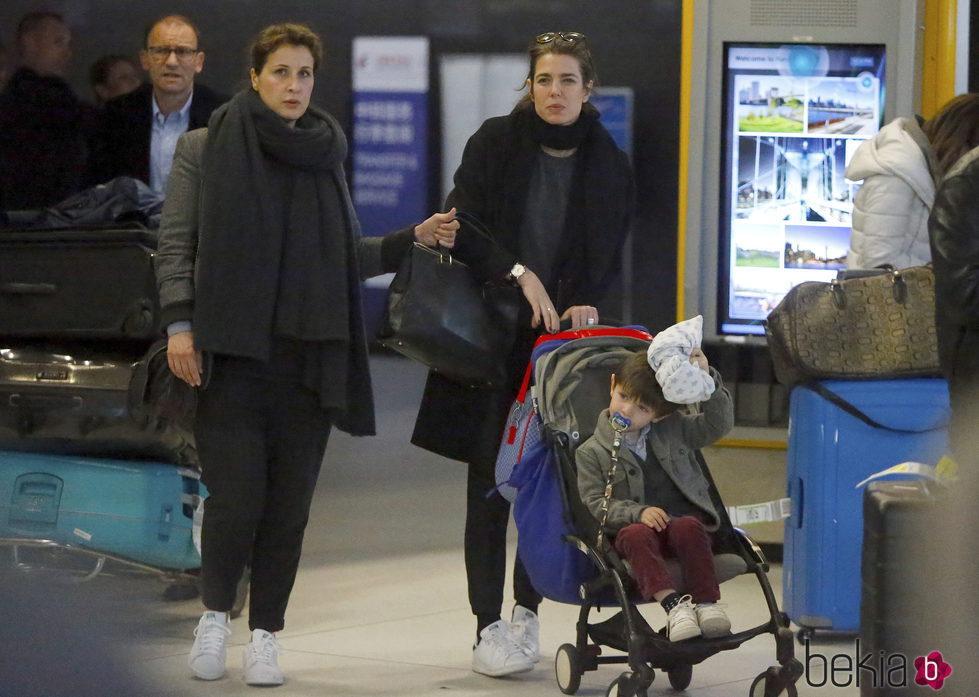 Carlota Casiraghi y su hijo Raphal en el aeropuerto JFK de Nueva York  La Familia Real de Mnaco en imgenes  Foto en Bekia Actualidad