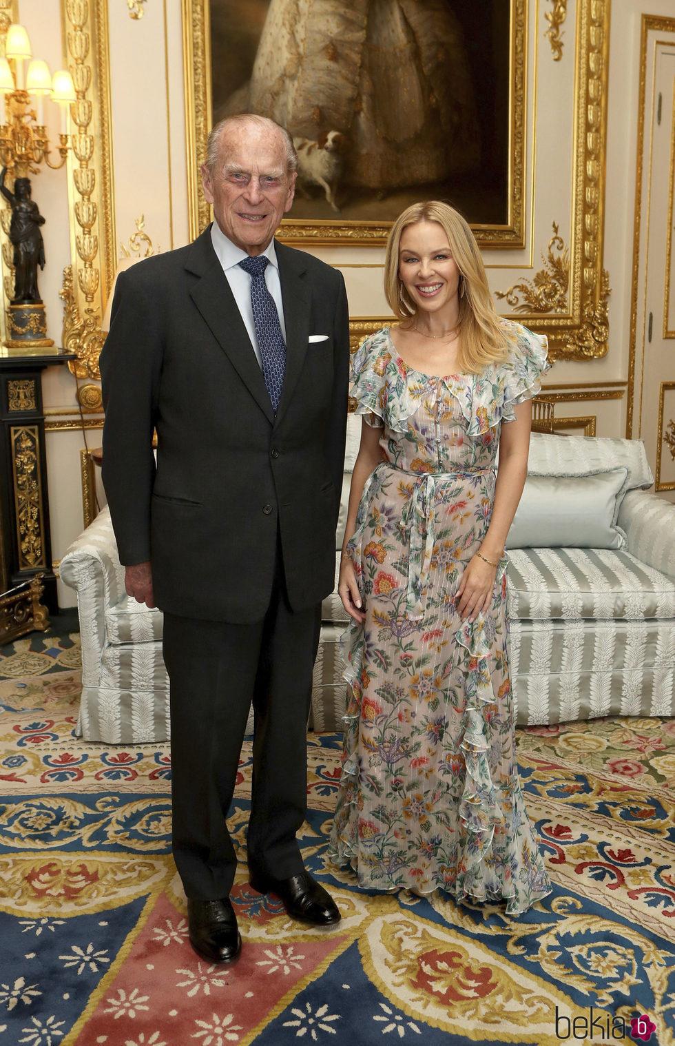 El Duque de Edimburgo y Kylie Minogue en una audiencia en