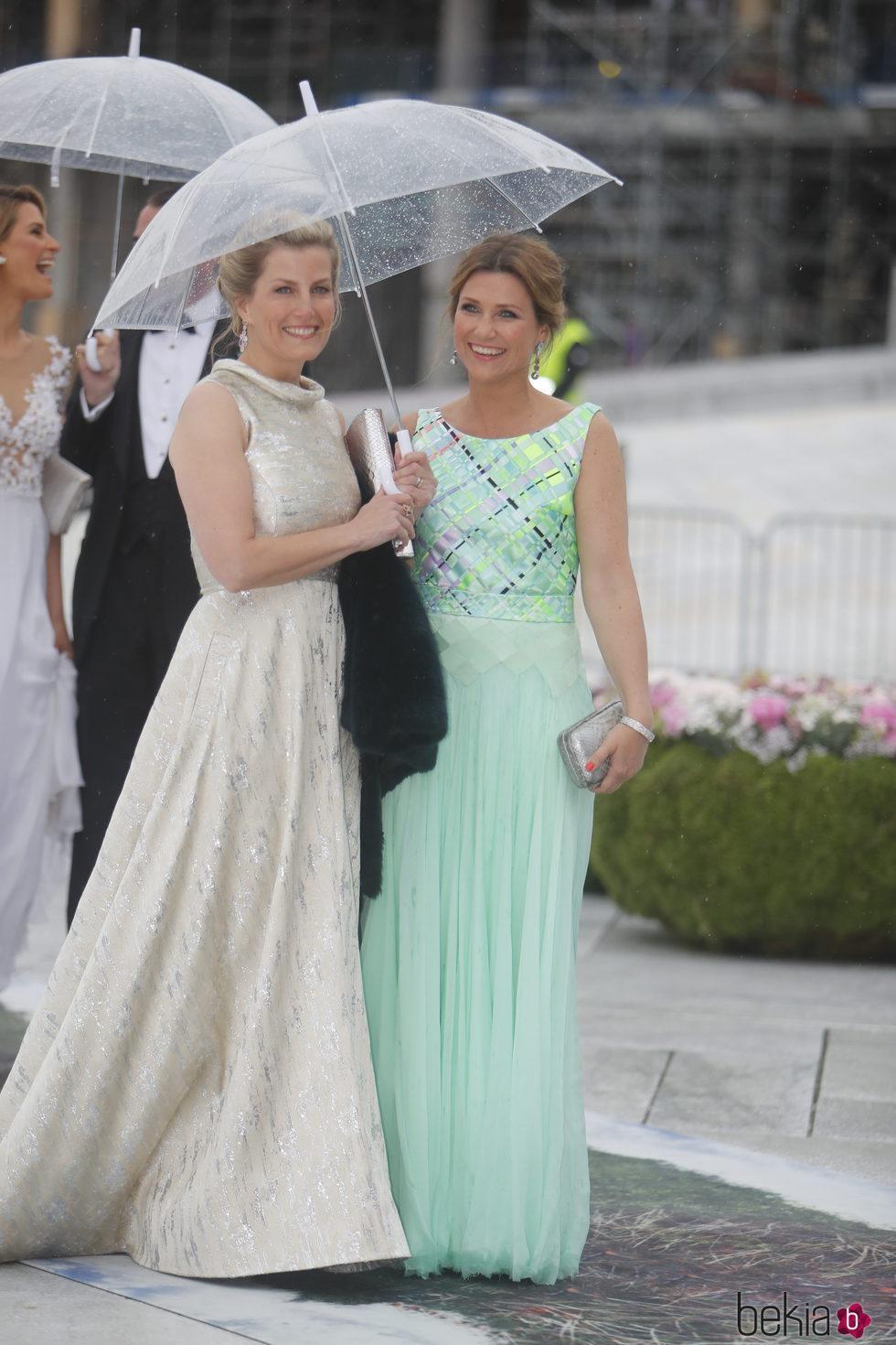 La Condesa de Wessex y Marta Luisa de Noruega en la cena