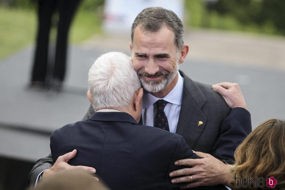 El Rey Felipe abraza a Pasqual Maragall en la celebracin