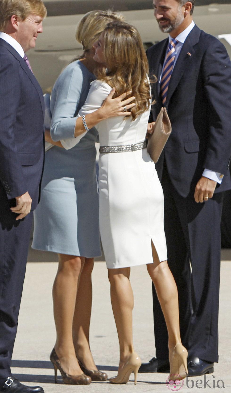 La Princesa Letizia y Mxima de Holanda se saludan con