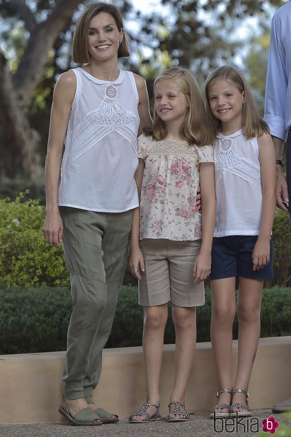 La Reina Letizia con sus hijas Leonor y Sofa en su posado