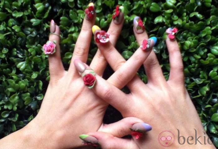 Detalle De Las Uñas Decoradas Con Flores De Katy Perry Las