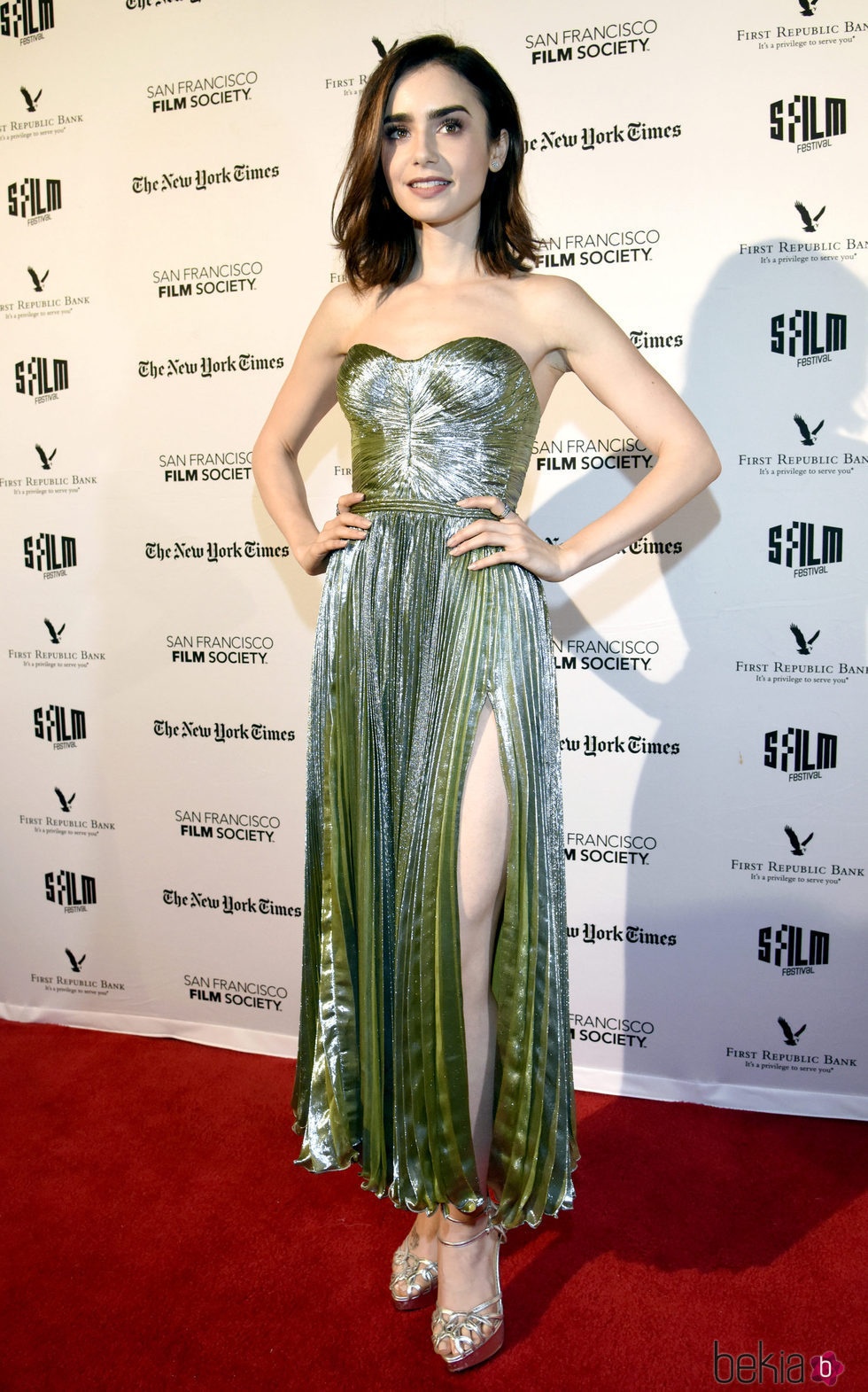 Lily Collins con un vestido brillante en la premiere de la