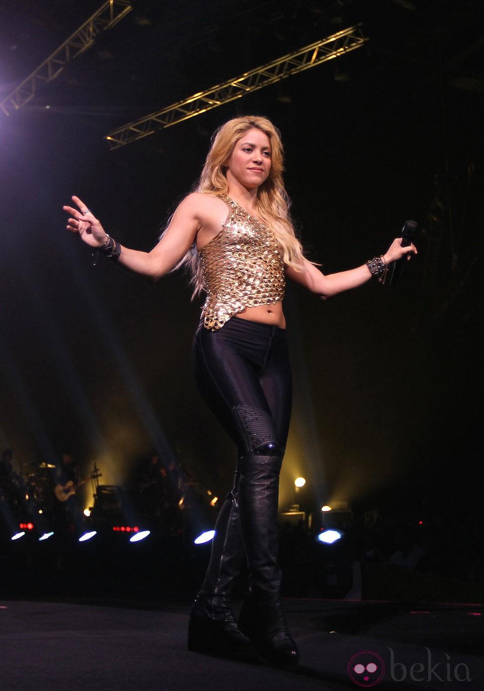 Shakira con leggins de cuero y top dorado  El look de