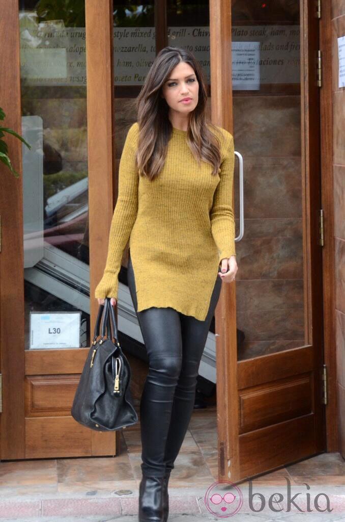 Sara Carbonero con leggings negros y jersey largo mostaza