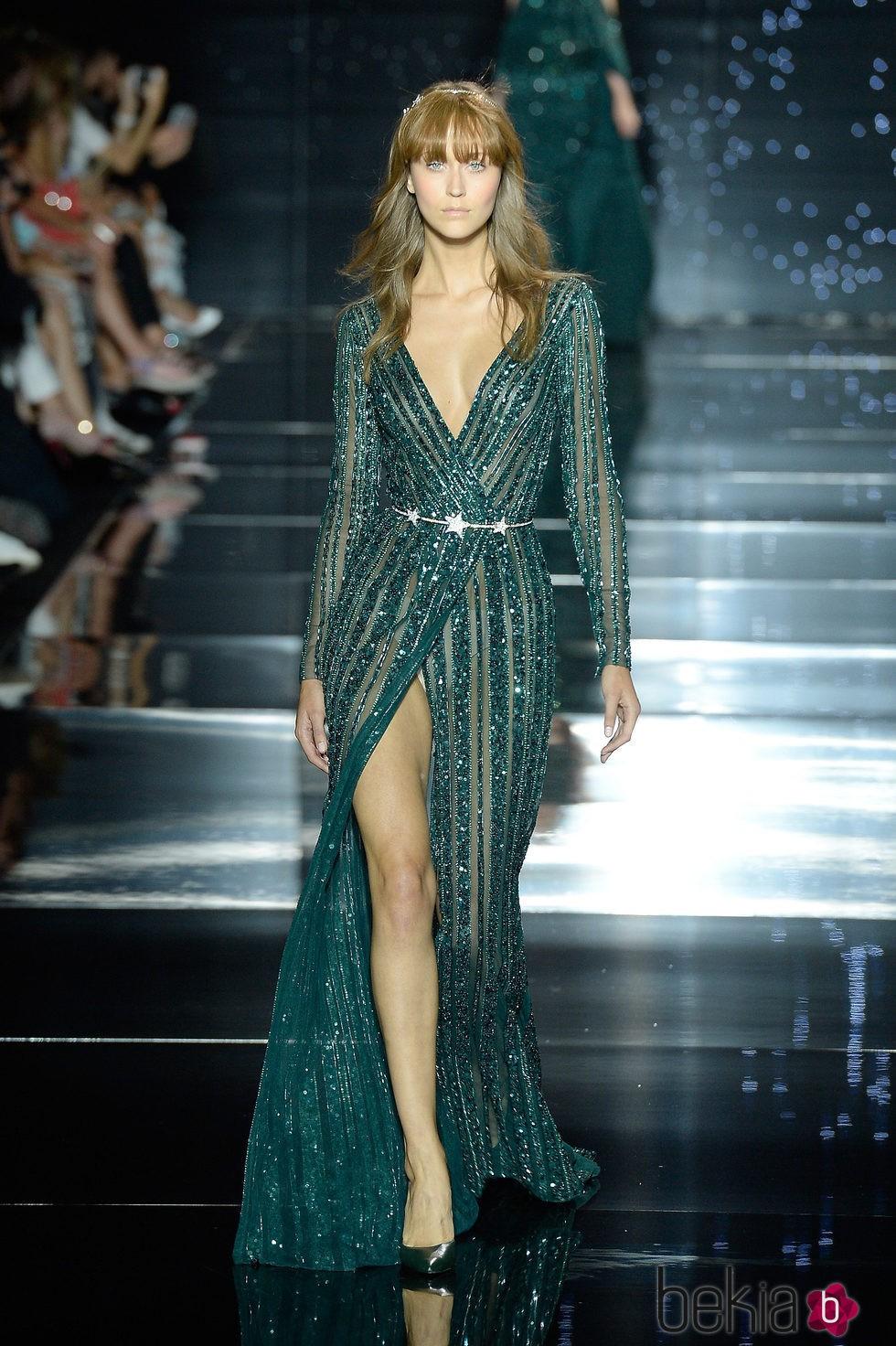 Vestido verde esmeralda de manga larga y abertura en la