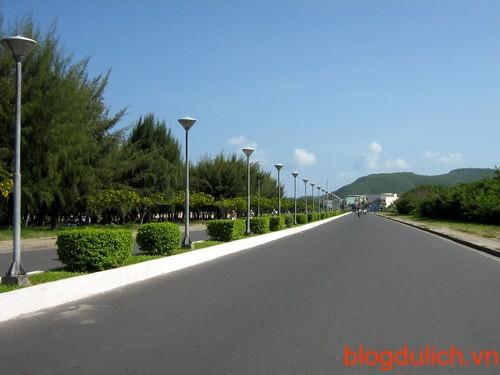 Đường Trần Phú chạy dọc theo bờ biển Nha Trang là một trong những con đường đẹp nhất nước