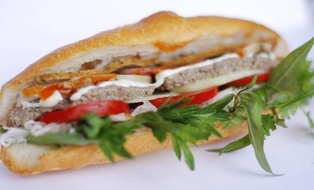 Nha Trang nổi tiếng với công thức không một chút bơ nào, vỏ giòn và rỗng ruột còn hơn bánh mì Sài Gòn phiên bản gốc