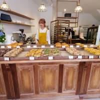 台中│順道パン-Yorimichi順道菓子店最新力作,麵包甜點和蛋糕,二樓木質調用餐區好拍又舒適