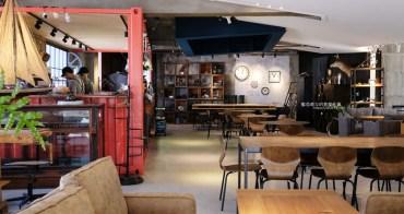 台中龍井│老窩咖啡館東海店-貨櫃吧台結合老物件和植栽空間,遊園南路上咖啡館