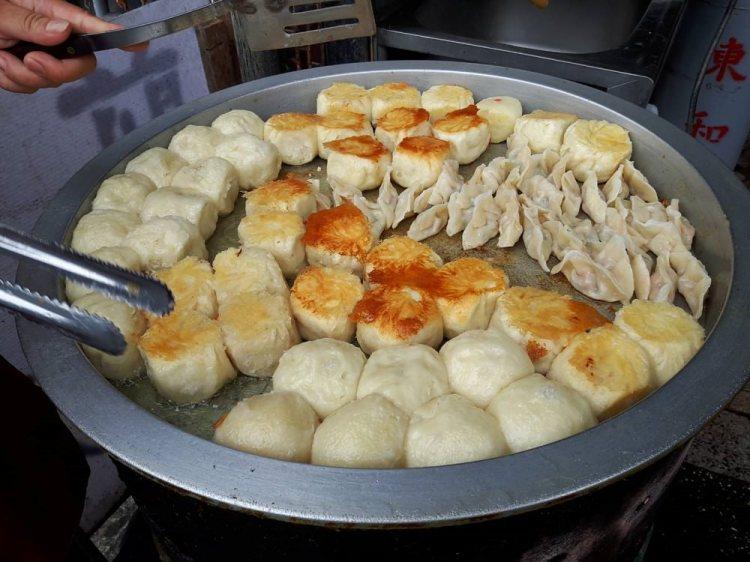 【台南 安南區】王家30年老店水煎包。隱藏在巷弄內的銅板美食|胡椒煎包美味細節藏在餡料裡|在地人從小到大吃不膩