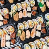 每日限量百元壽司便當。香噴噴大份量炒飯|提供午餐晚餐外帶外送服務