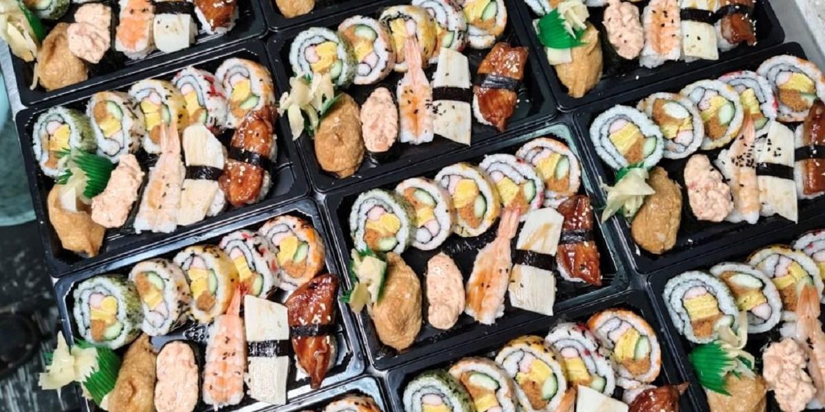 每日限量百元壽司便當。香噴噴大份量炒飯 提供午餐晚餐外帶外送服務