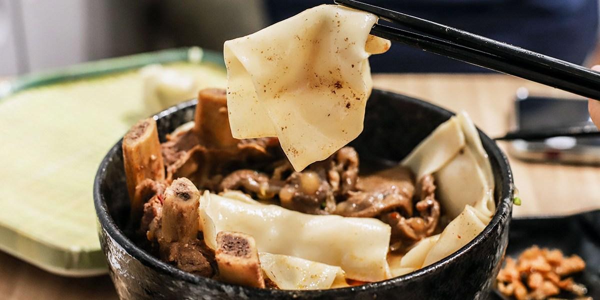 台南特色麵店-麵家二眷,大嗑獨門寬版皮帶牛肉麵、冰花煎餃!