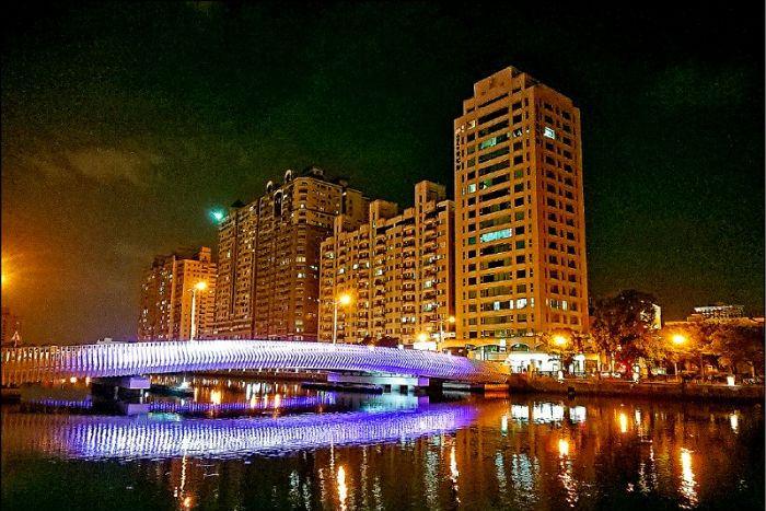 台南運河11座橋梁 LED 光雕今天登場~新臨安橋、金華路橋,同步開放通車!